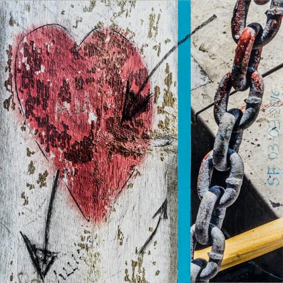 Coeur-Flèche-Chaine_Impression numérique et médiums mixtes_marouflée sur bois_20X20po